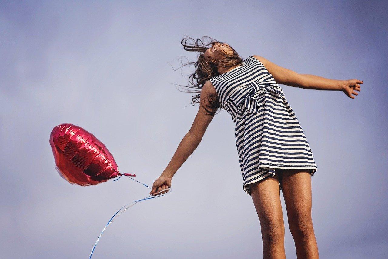 sponsor worden. vrouw springt gat in de lucht. blije vrouw.