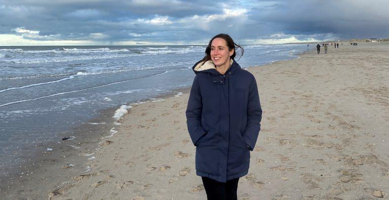 kwetsbaar. vrouw op strand.